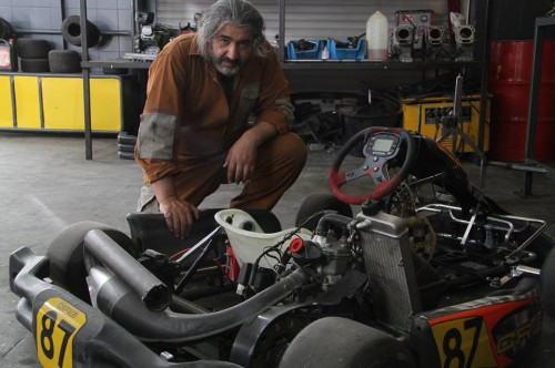 Bahram Heidari as the mechanic in Laleh